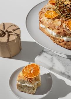 Grand angle de dessert du jour de l'épiphanie avec des agrumes séchés et un cadeau