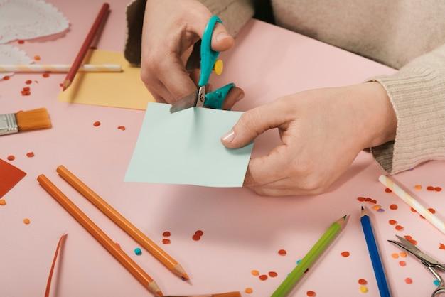 Grand angle, femme, couper, papier bleu