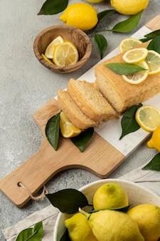 Grand angle de gâteau au citron avec des feuilles