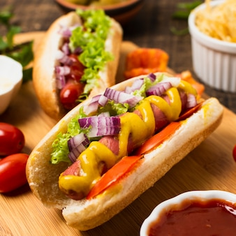 Grand angle de hot-dogs sur la planche