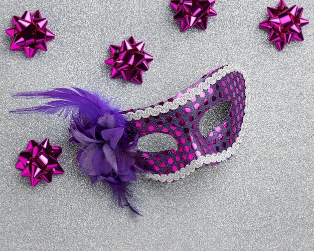 Grand angle de masque pour le carnaval avec des arcs et des plumes