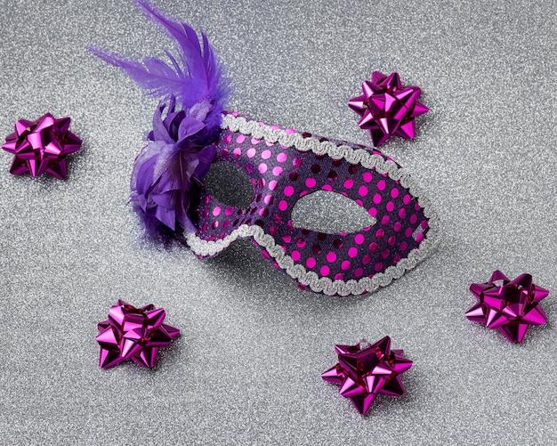 Grand angle de masque pour le carnaval avec des plumes et des arcs