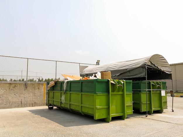 Grand bacs de recyclage pour séparer les déchets