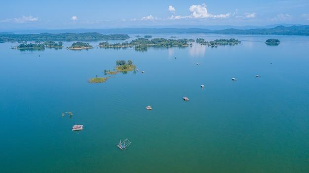Grand barrage avec bateaux