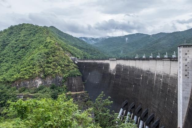 Grand barrage en béton à voûte.