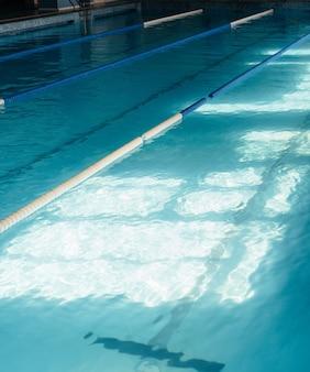 Grand bassin sportif pour baignade couverte.