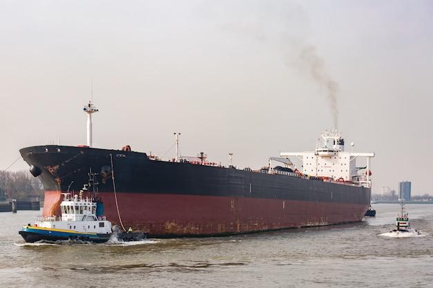 Grand bateau de conteneurs