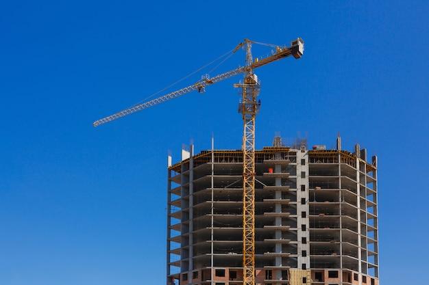 Grand bâtiment est en construction contre le ciel