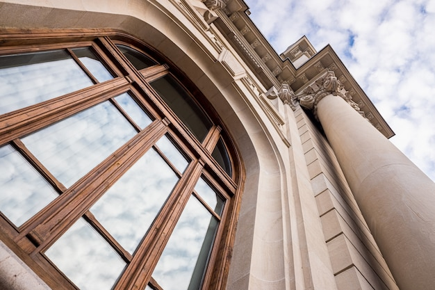 Grand bâtiment historique avec de grandes colonnes, vu à un angle faible, avec un ciel en arrière-plan, appelé correos à valence, en espagne.