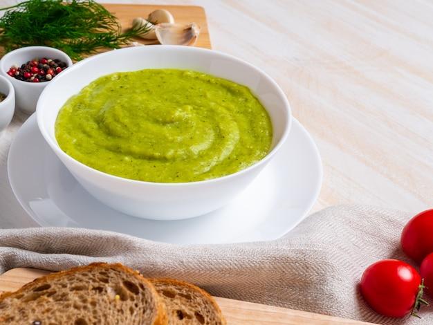 Grand bol blanc avec une soupe de légume vert brocoli