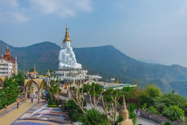 Grand bouddha blanc cinq belles pièces empilées, temple phasor kaew, thaïlande