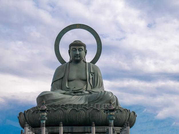 Grand bouddha takaoka sur ciel bleu avec des nuages