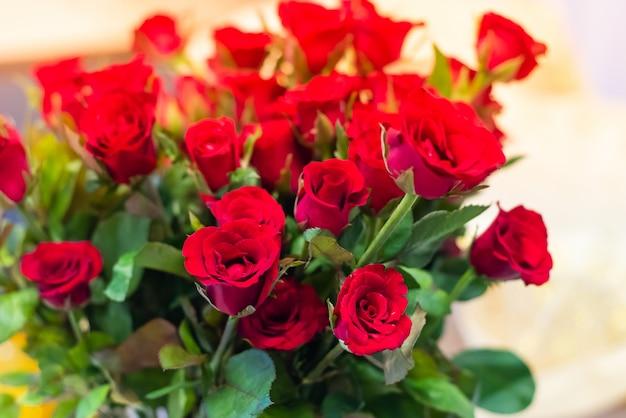 Grand bouquet de roses rouges donner à l'amour