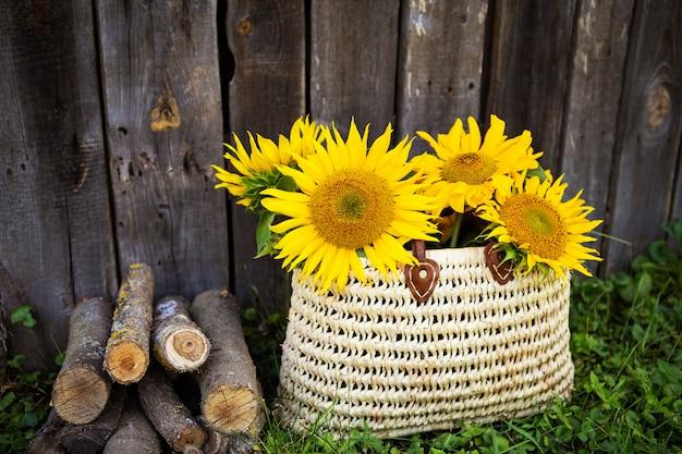 Grand bouquet de tournesols dans un sac de paille