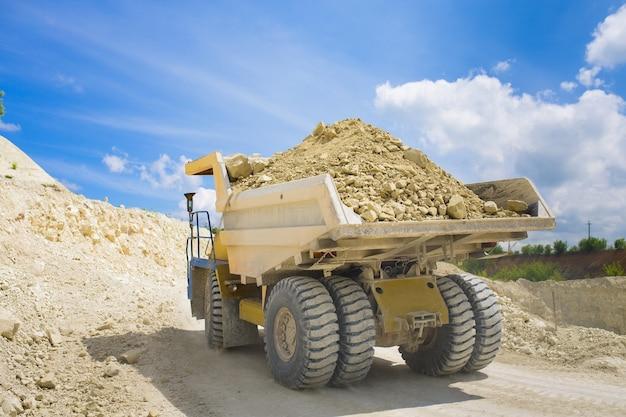Grand camion-benne de carrière chargé de roche