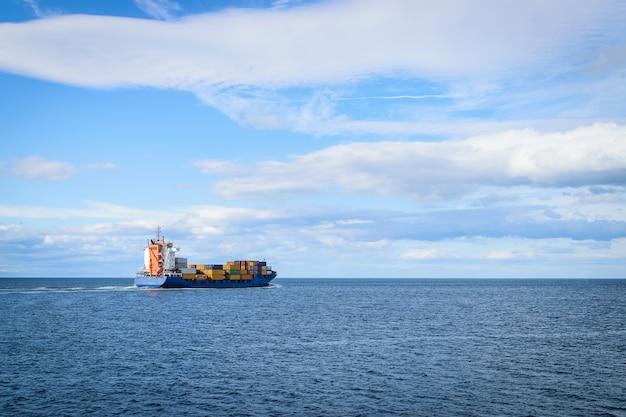 Grand cargo naviguant sur la mer