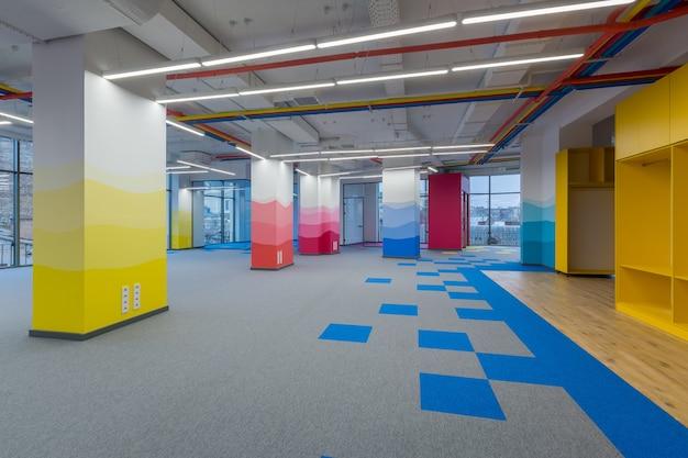 Grand centre de bureaux dans un style moderne avec des murs colorés non meublés