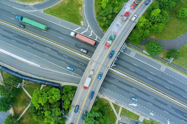 Grand chantier de construction de route de restauration dans le pont de rénovation d'un échangeur routier moderne
