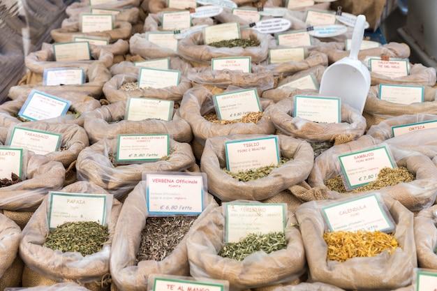 Grand choix d'herbes et d'épices en italie