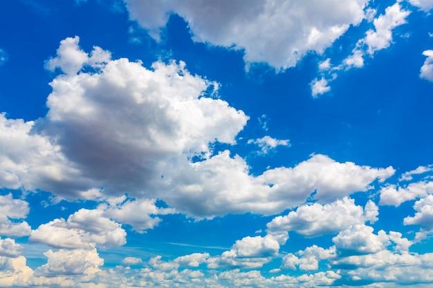 Grand ciel bleu avec des nuages