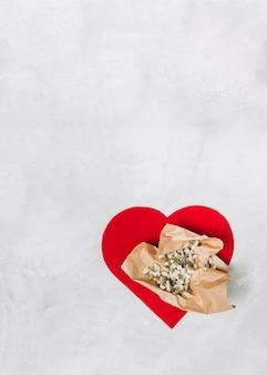Grand coeur d'ornement avec des fleurs en papier kraft