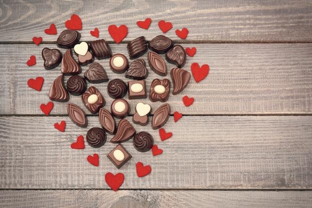 Grand coeur plein de bonbons au chocolat