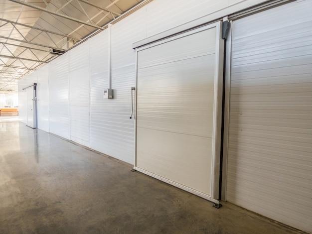 Grand congélateur de stockage dans l'usine. porte fermée de l'entrepôt