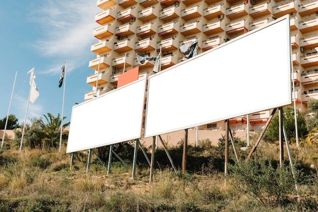 Grand écran publicitaire blanc dans la ville