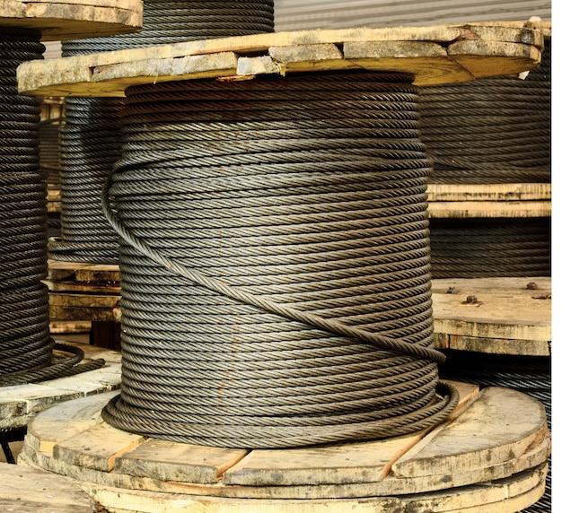 Grand enrouleur de câble. atelier de fabrication d'élingues de câbles.