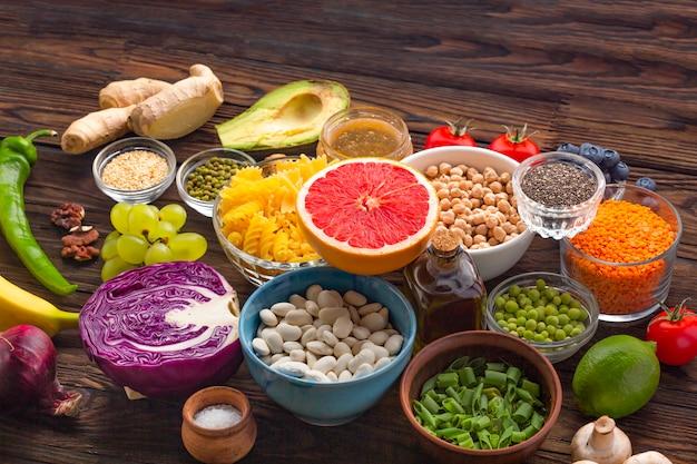 Grand ensemble de produits sains sur une table en bois. meilleures vitamines pour une belle peau.