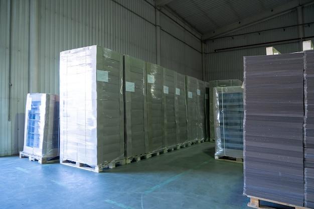 Grand entrepôt de production avec rouleaux de papier et matériel d'impression