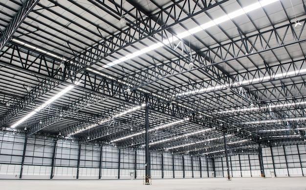 Grand entrepôt vide moderne