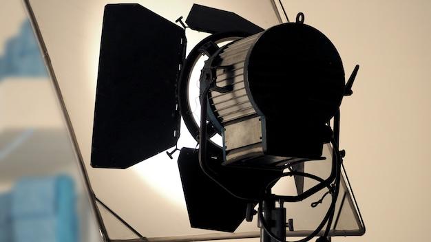 Grand équipement de projecteur de production en studio pour le tournage de vidéos ou de films et une vue en contre-plongée.