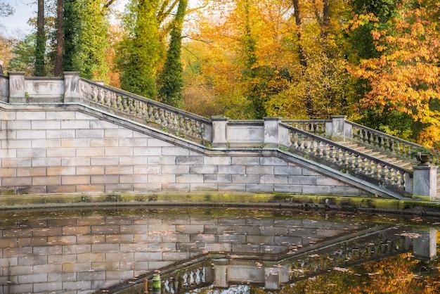 Grand escalier dans le jardin en automne