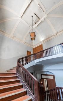 Grand escalier d'un immeuble classique