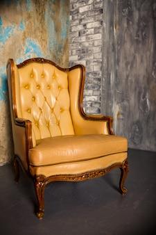 Grand fauteuil marron. fauteuil en cuir de style rétro.
