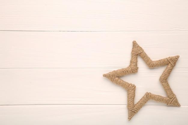 Grand fil décoratif étoile sur table blanche