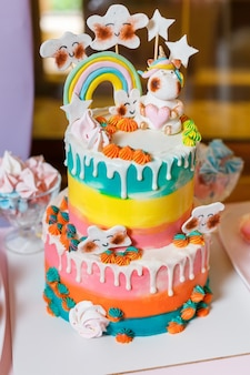 Grand gâteau sur le thème de la licorne et de l'arc-en-ciel