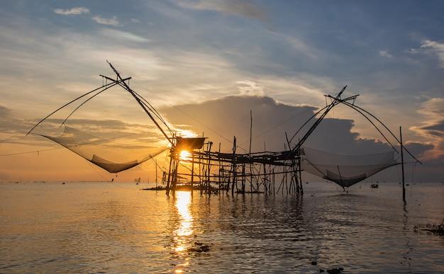 Grand genre de poisson sur le beau lever de soleil sur le lagon.