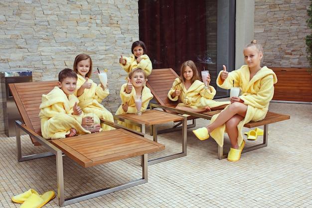 Grand groupe d'amis prenant du bon temps avec des cocktails au lait.