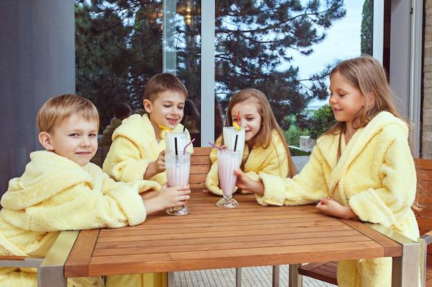 Grand groupe d'amis prenant le temps de goog avec des cocktails au lait