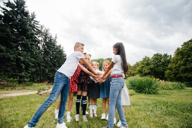 Un grand groupe d'enfants jouent dans le parc