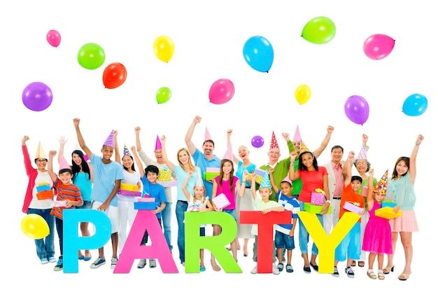 Grand groupe de personnes en fête