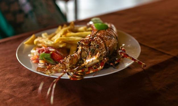 Grand homard avec pommes de terre et salade