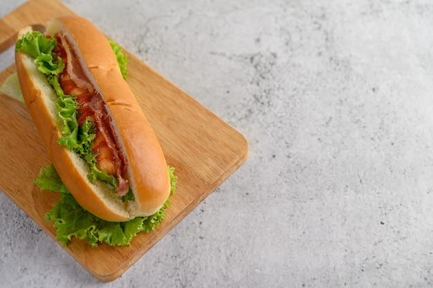 Grand hot dog sur planche à découper en bois