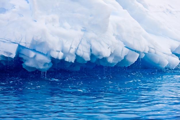 Grand iceberg en antarctique