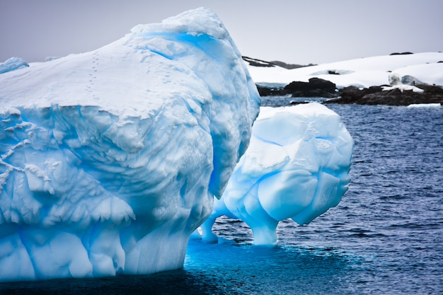 Grand iceberg en antarctique