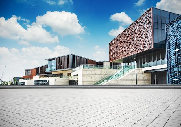 Grand immeuble de bureaux moderne