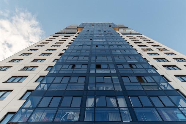 Grand immeuble contre le ciel bleu. vue de dessous.