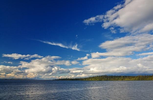 Grand lac imandra, péninsule de kola, russie